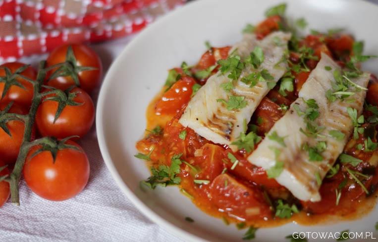 Smażony mintaj z pomidorami