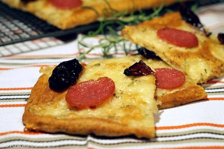 Szybka pizza z suszonymi pomidorami